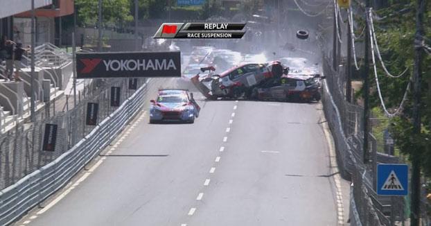 En esta carrera del WTCR en Vila Real todos los coches resultaron accidentados