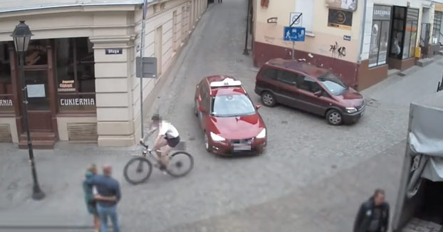 Un ciclista consigue esquivar a un taxi, pero choca contra una farola y se rompe la clavícula