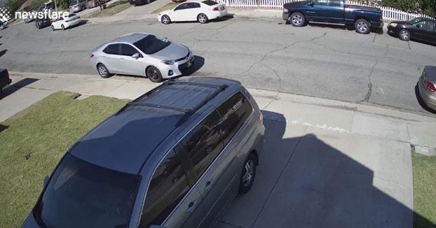 Va trazando por el barrio a toda velocidad, pierde el control del coche y se estampa contra el de un vecino