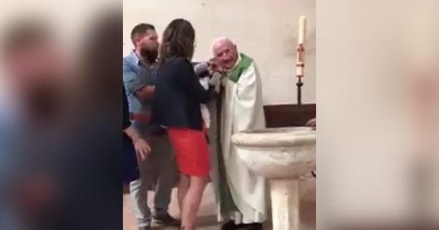 Un sacerdote golpea a un bebé por llorar ante la estupefacción de sus padres