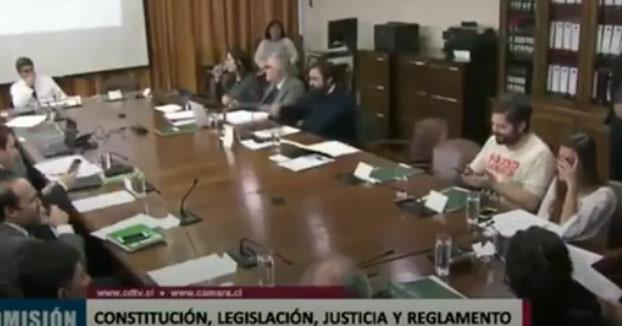 Un diputado cae en la broma de los gemidos sexuales que se envía por WhatsApp en plena sesión