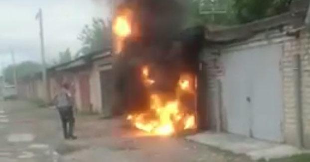 ''Te dije que no te acercaras!'': Se acerca a un garaje en llamas y este explota delante de él
