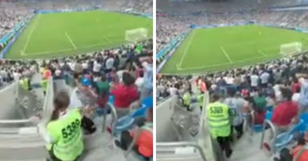 Un hincha argentino besa a una guardia de seguridad cuando marca Argentina