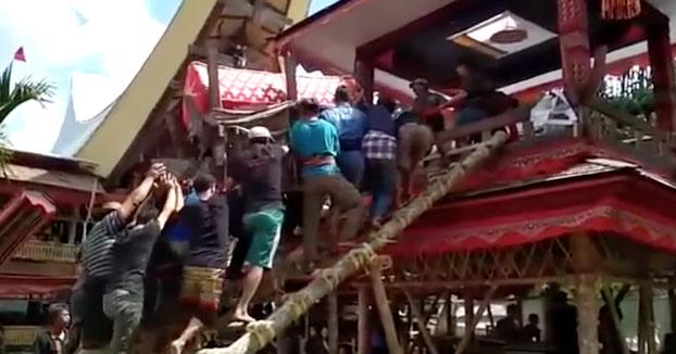 Un hombre muere aplastado por el ataúd de su madre durante el funeral [Vídeo]