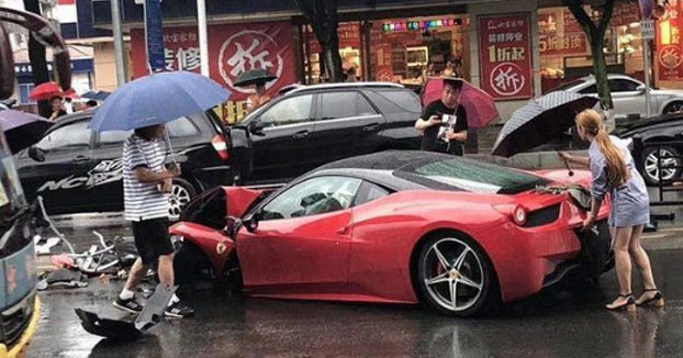 Momento en el que una joven destroza un Ferrari 458 poco después de alquilarlo [Vídeo]