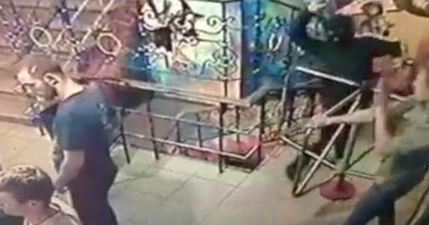 Un encapuchado lanza una granada al interior de un club nocturno de Ucrania y sale corriendo [Vídeo]