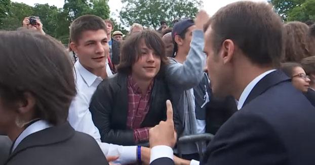 """Macron regaña a un estudiante que le llamó """"Manu"""": """"A mí me llamas señor Presidente"""" [Vídeo]"""