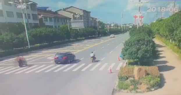 La moto explota en un choque frontal contra un coche