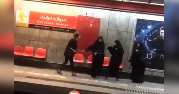 Una mujer arremete contra la policía moral en Irán