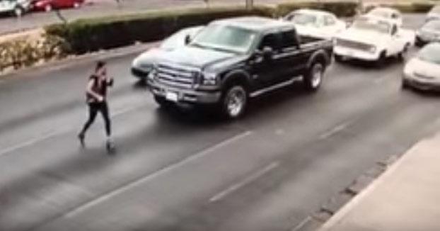 Una joven en tacones cruza la calle por donde no debía, resbala y es atropellada por un coche