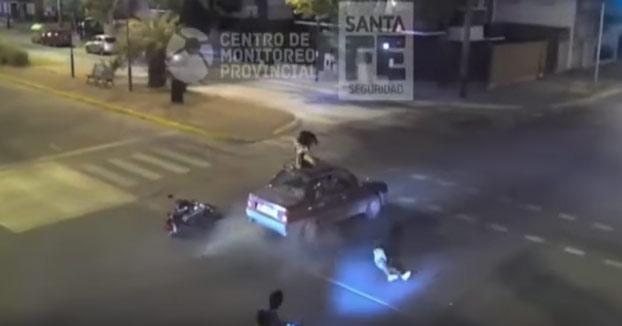 Una niña de 14 años en moto se salta un semáforo en rojo, choca contra un coche y termina sentada en el techo del vehículo