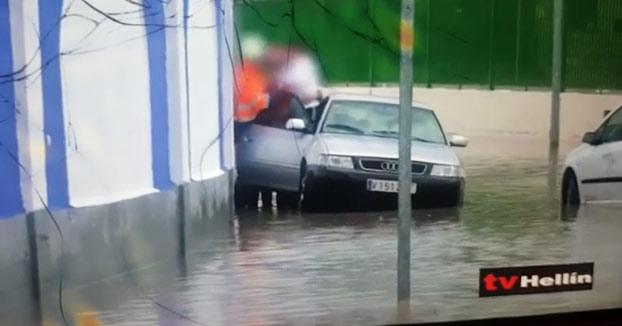 Peligroso rescate en Hellín por las inundaciones