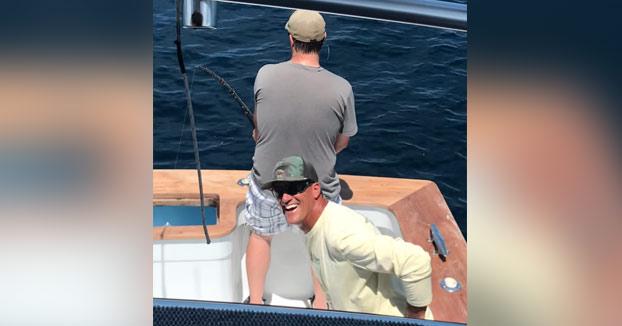 Cuando vas de pesca con un amigo troll