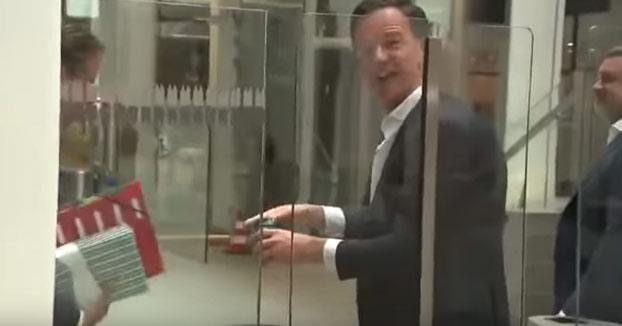 Al primer ministro de los Países Bajos, Mark Rutte, se le cae el café y él mismo lo limpia