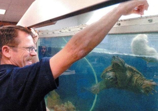 Un profesor de ciencias acusado de crueldad animal al utilizar un cachorro enfermo para alimentar a una tortuga