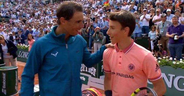 Bonito gesto de Nadal con un joven recogepelotas en Roland Garros