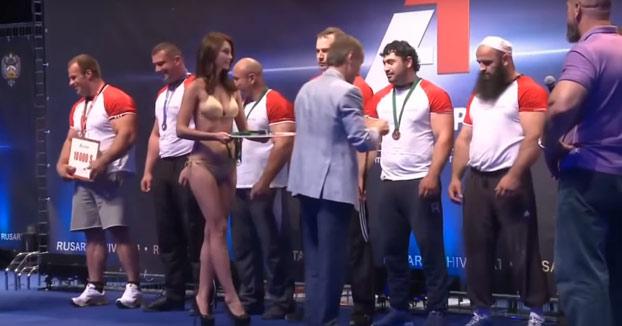 La reacción de un atleta musulmán cuando una azafata en bikini pasa delante de él