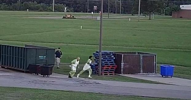 Se fugan de la cárcel aprovechando el momento en el que estaban sacando la basura