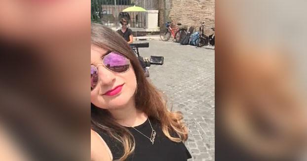 Se está haciendo un vídeo selfie en pleno concierto callejero, cuando de repente...