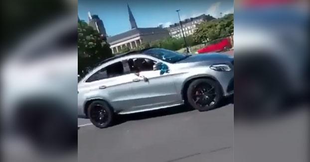 Haciendo el idiota con un Mercedes GLE en una rotonda