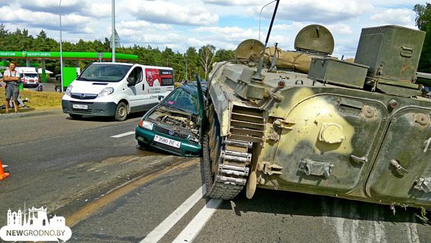 Una tanque aplasta un Volkswagen Polo en el que iba un hombre con su nieto en la ciudad de Grodno