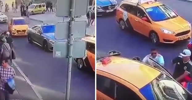 Un taxista atropella a varias personas en el centro de Moscú y sale del coche corriendo [Vídeo]