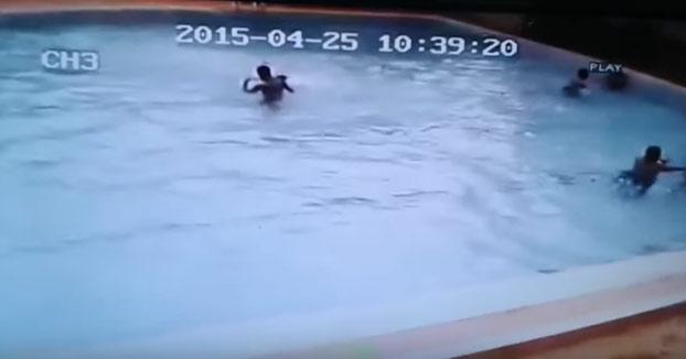 Esto es lo que sucede cuando un terremoto te pilla en la piscina