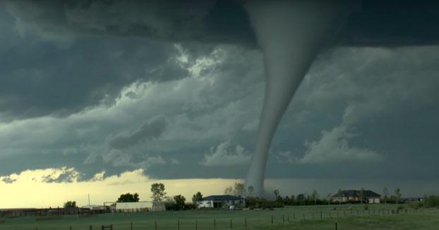 Impresionante: Graban desde su coche la formación de un tornado en Wyoming