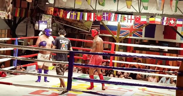 Un turista borracho sube a pelear con un luchador profesional de kick boxing en Tailandia