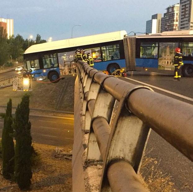 Un autobús del Mad Cool queda colgando de un puente tras sufrir un accidente