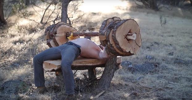 A partir de un árbol fabrican un banco junto con sus pesas para hacer press de banca