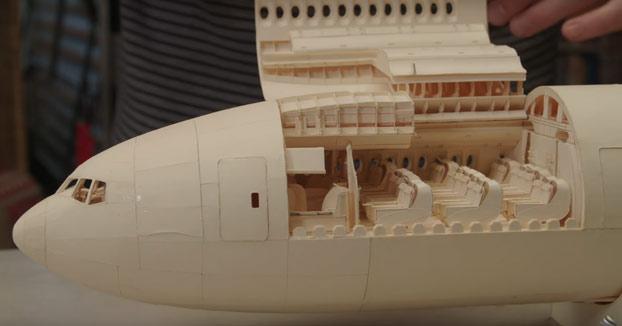 Construye un avión Boeing 777 sólo con papel y pegamento. No le falta detalle