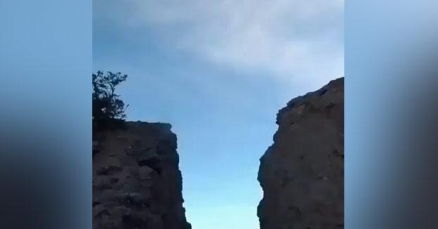 Cabras saltando sobre una brecha de montaña