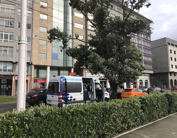 Un coche acaba empotrado en la entrada para peatones del parking de Orzán, en A Coruña