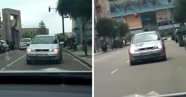 Graban a un conductor conduciendo marcha atrás por varias calles de Vigo