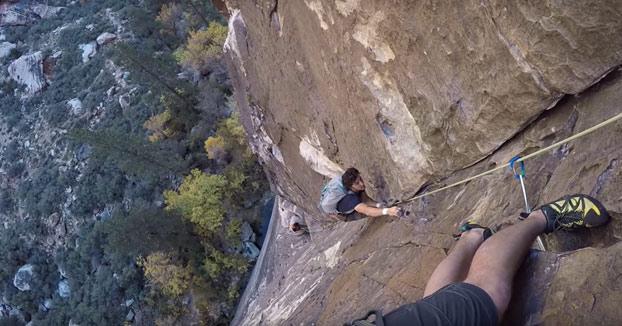 Estaban haciendo escalada cuando los adelanta otro escalador sin ningún tipo de seguridad