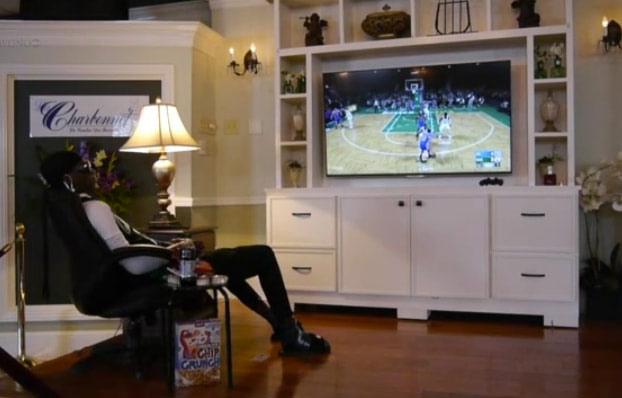 Un fan de los Boston Celtics fue velado sentado en un sillón jugando a la consola con la camiseta de su equipo