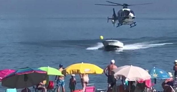 Un helicóptero de la Policía persigue la lancha de un narco en la playa de Sabinillas
