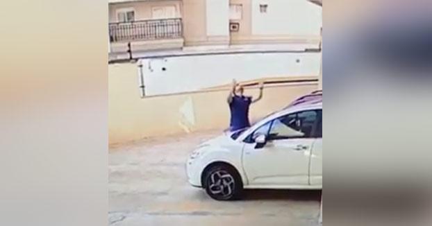 Este hombre amortigua con sus brazos a un perro que cae desde un edificio y evita que quede parapléjico