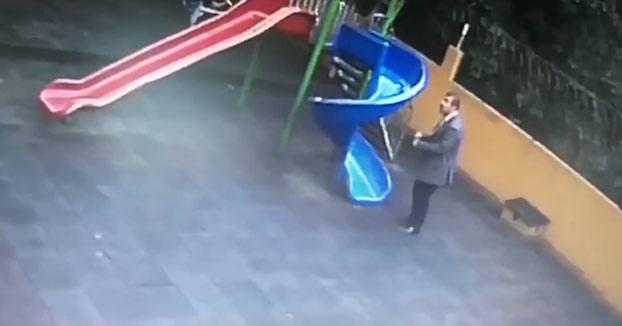 Un hombre pillado dibujando penes en varios lugares de un patio de niños