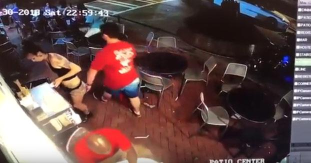 Karma instantáneo: Un hombre pasa al lado de una camarera, le toca el culo y esta no se queda parada