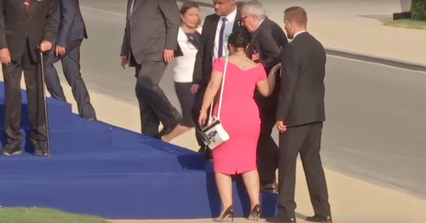 Jean-Claude Juncker llegando para la foto de familia de la cumbre de la OTAN