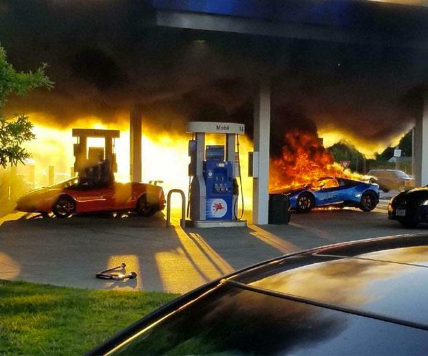 Olvida sacar el surtidor de gasolina de su furgoneta y quema un Lamborghini