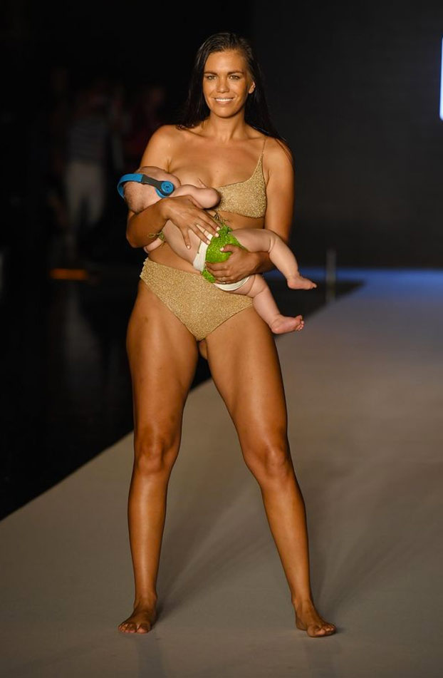 La modelo de trajes de baño Mara Martin amamantó a su hija mientras que desfilaba [Vídeo]