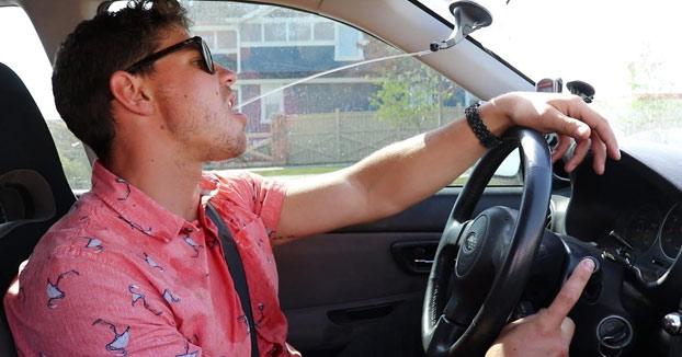 Modifica el sistema de limpiaparabrisas para que suministre su bebida favorita mientras va conduciendo