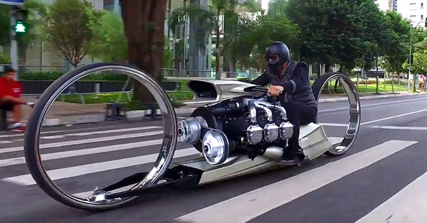 Moto con motor de avión que parece de película