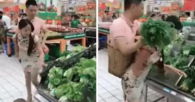Parece un disfraz, pero no, es una mujer llevando a su marido en una mochila