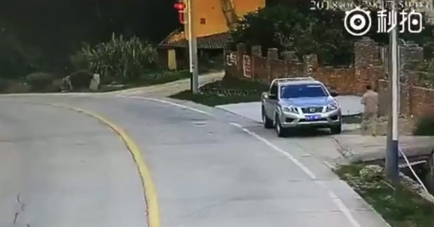 Sale de casa y entra en el coche para ir a trabajar, cuando de repente...