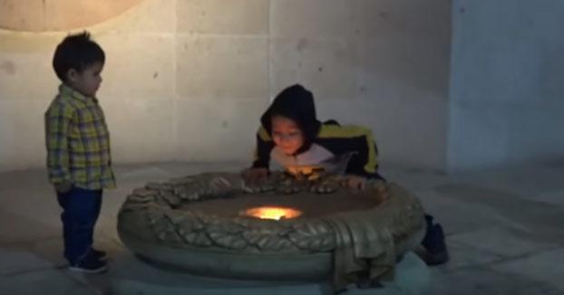 Un niño apaga la llama de la Independencia de México que llevaba encendida desde hace 200 años