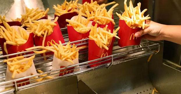 Un niño de 13 años, acusado de 'asalto' tras disparar una patata frita con una pajita a una mujer en un McDonald's
